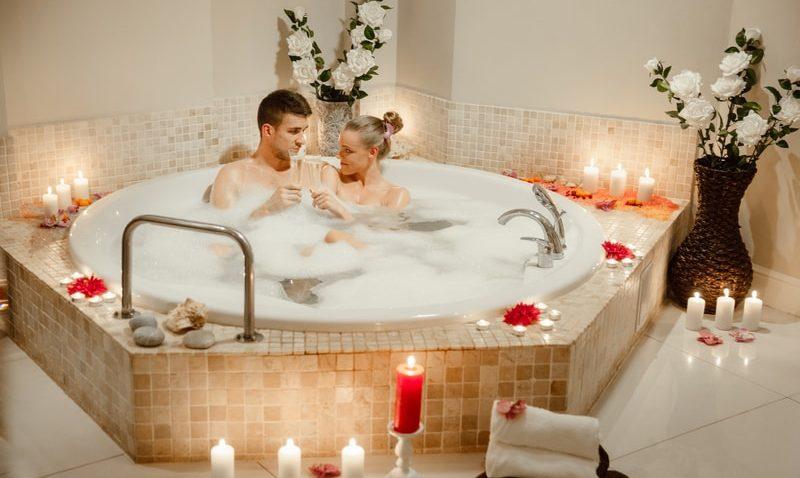 Романтика в бассейне, короткое порно видео много парней кончают в одну вагину девушку