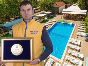медаль у бассейна